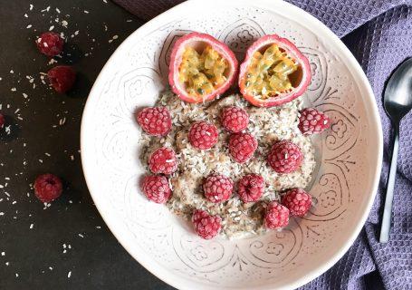Paleo Protein-Pudding mit Früchten.