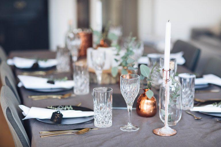 Festliche Tisch Dekoration mit Eukalyptus