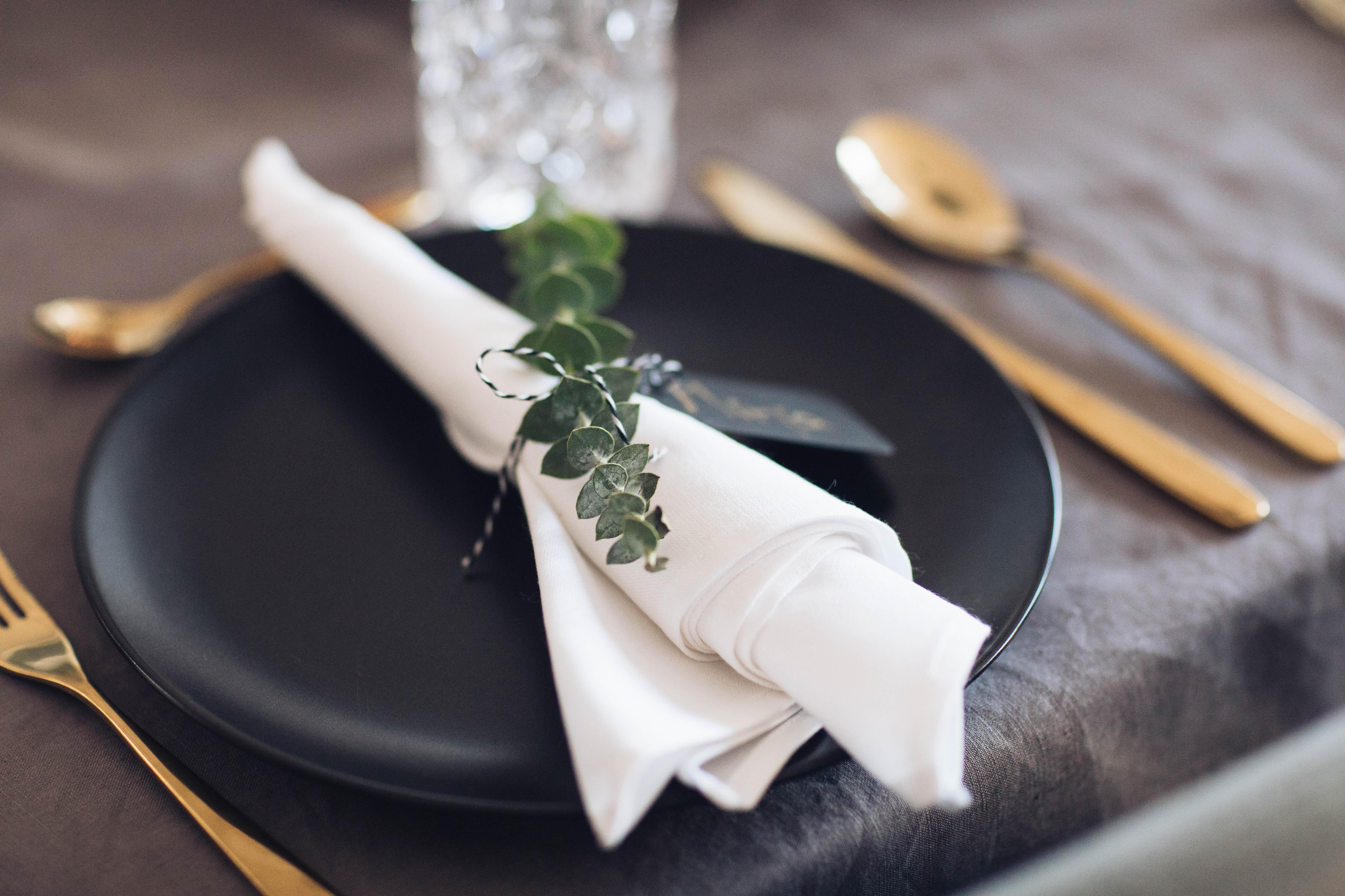 festliche tisch dekoration mit eukalyptus not another diet. Black Bedroom Furniture Sets. Home Design Ideas