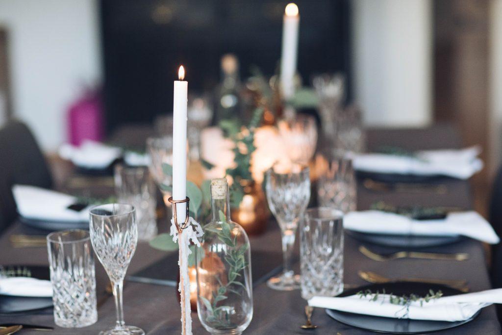 Kristallgläser und Kerzen