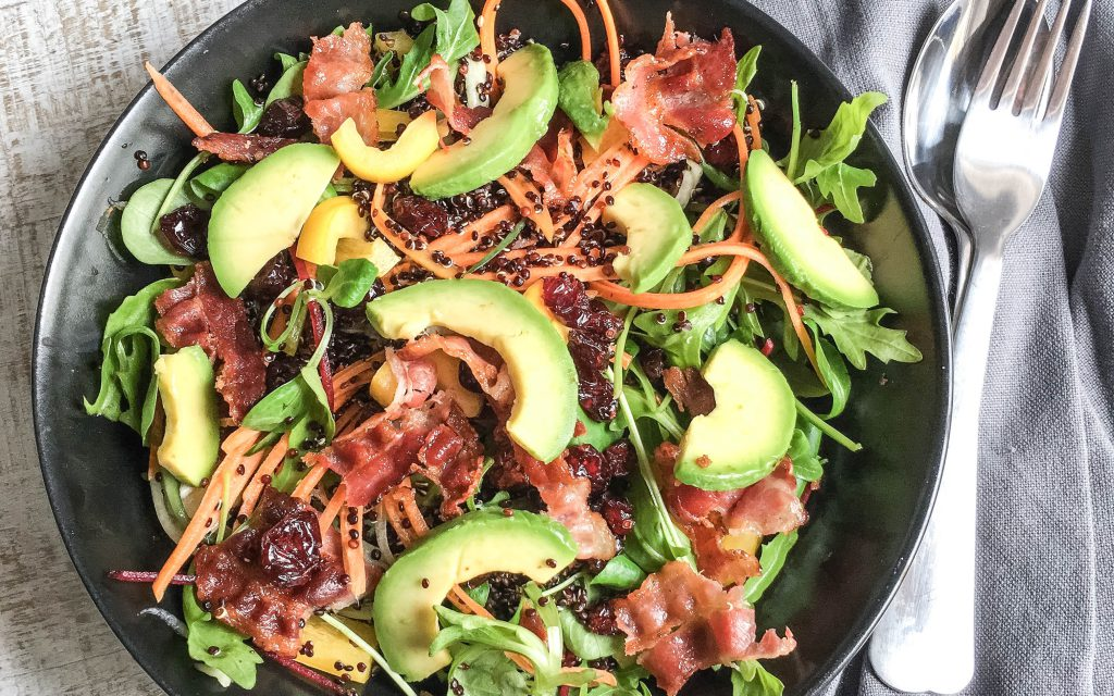 Quinoa Salat mit Avocado, Cranberries & Bacon