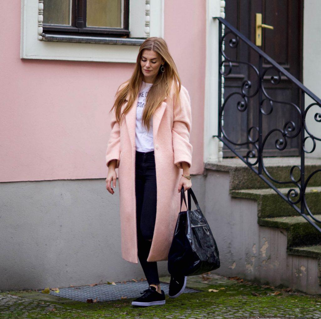 Helle Farben an grauen Tagen // Mantel Outfit